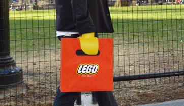 lego-winkeltas-verandert-je-handen-in-lego-klauwen-01
